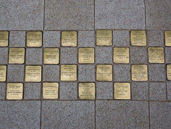 IPasov uctí památku obětí nacismu.