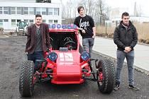 Buginu, kterou sami zkonstruovali, otestovali tento týden studenti Vysoké školy technické a ekonomické Tomáš Kůs, Martin Kůs, Filip Kůst, Petr Bláha a Václav Rothbauer.