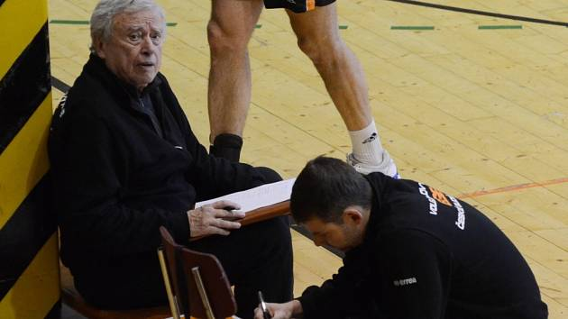 Také letos na lavičce volejbalistů EGE působí trenér Zdeněk Pekař (vlevo) a vedoucí mužstva Bohuslav Cháb