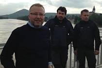 V zatopených Litoměřicích se sešli v úterý (zleva) ministr životního prostředí Tomáš Chalupa, náměstek ředitele NP Šumava Tomáš Fait a Petr Šrail, vedoucí oddělení Informační a strážní služby Šumava.