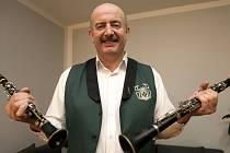 Petr Shýbal, kapelník nejstarší jihočeské dechovky Babouci, slaví 1. května deset let ve funkci kapelníka. U Babouků je letos 25 let. Hraje na Es klarinet.