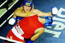 Pavel Šour (vzadu) po nevídané bitvě v supertěžké váze udolal Sliže a rozhodl o výhře Samsonu 10:8.