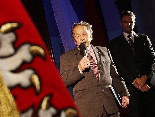 Hejtman Jihočeského kraje Jiří Zimola předal ve středu večer sedmi osobnostem ocenění Zlatá šupina. Na snímku Miloš Velemínský s hejtmanem Jiřím Zimolou.