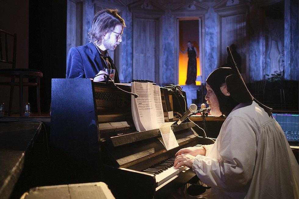 Hra Jihočeského divadla podle stejnojmenné knihy Jana Štiftera Café Groll.