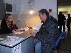 Klienti nacházejí vlídné zacházení u asistentek z Charity při svých cestách za nahlášením změn v pobytu. Na snímku diskutuje s klientem Jana Dvořáková.