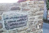 Gabriela Skamenová ozvláštnila historickou památku ve své rodné obci Čížkrajice. Díky jejímu návrhu se na zdi u silnice z Trhových Svinů objevil takzvaný chronogram.