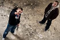 Budějovičtí rapeři Dave a Sony vydali své první oficiální slbum s názvem Za oponou. Jejich písně mají chytlavé refrény.