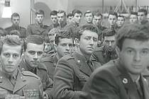 Vojáci uspořádali na závěr manévrů tancovačku. Neměli však koho vyzvat do kola. Muži byli v drtivé převaze.