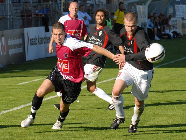 V loňském ročníku I. ilgy se fotbalisté Dynama Č. Budějovice na svém hřišti rozešli s Viktorií Žižkov smírně 1:1 (Marek Plichta stíhá žižkovského Pavla Bestu), jak to dopadne v neděli?