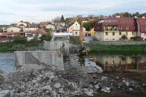 Rekonstrukce mostu přes řeku Vltavu v Zámostí v Hluboké nad Vltavou.