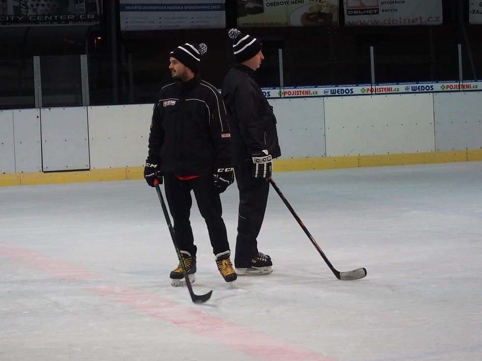 VŠTE má nový hokejový tým Black Dogs. Vede jej trenérská dvojice David Oulík a Jiří Irra.