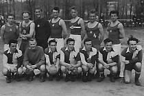 Zápas Hlubockých házenkářů proti Slavii Praha. Hrát se mělo tehdy na hřišti v Podskalí.