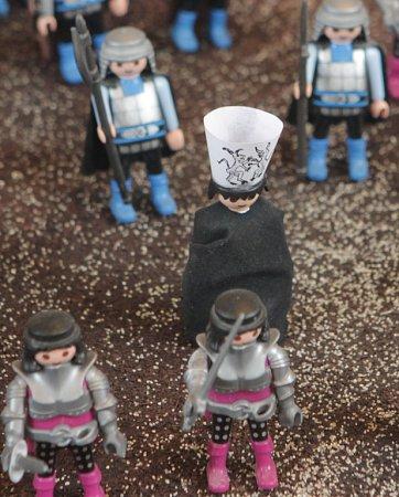 Přes 550figurek stavebnice Playmobil, připomínajících české igráčky, přibližuje hravou a vtipnou formou události kolem koncilu vKostnici 1415, po němž byl upálen Jan Hus. Nová expozice vJihočeském muzeu cílí na děti, zůstane zde do 13.ledna 2016.