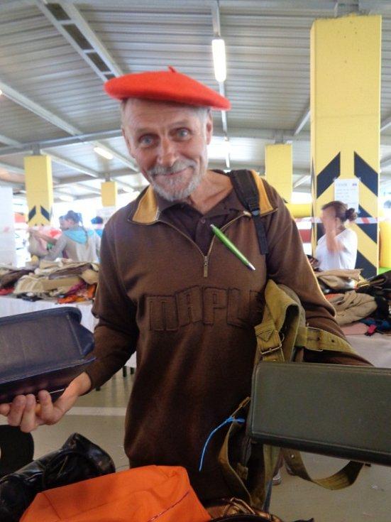 """Na Kabelkový veletrh Deníku se přišel podívat Jiří Plojhar zpod Kletě. """"Šel jsem pro kostelní kabelky, parádně se v nich nosí nářadí,"""" radoval se z úlovků."""