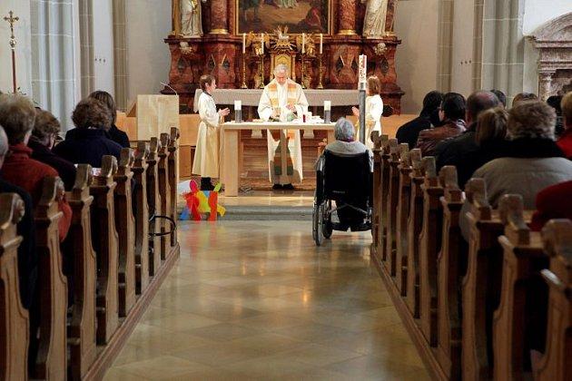 Kněží usousedů stárnou.
