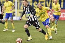 Patrik Čavoš v zápase Dynama ve Zlíně uniká domácímu Marku Hlinkovi.