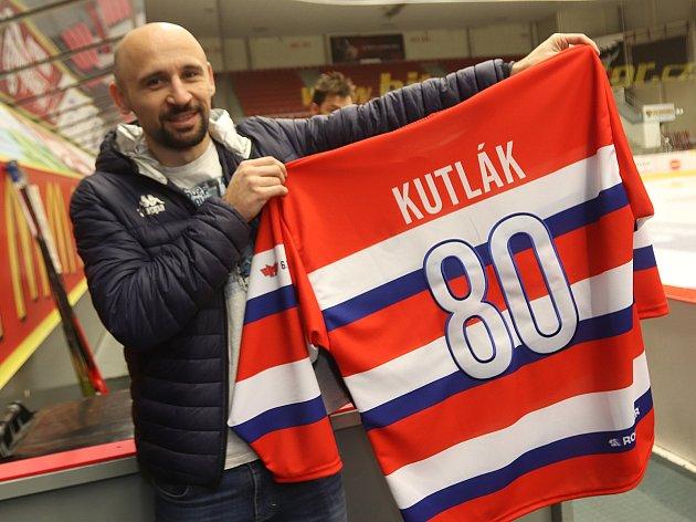 Marketingový ředitel ČEZ Motoru Tomáš Kučera představuje dres kapitána týmu Zdeňka Kutláka, ve kterém vyjede na led vutkání proti Karlovým Varům.