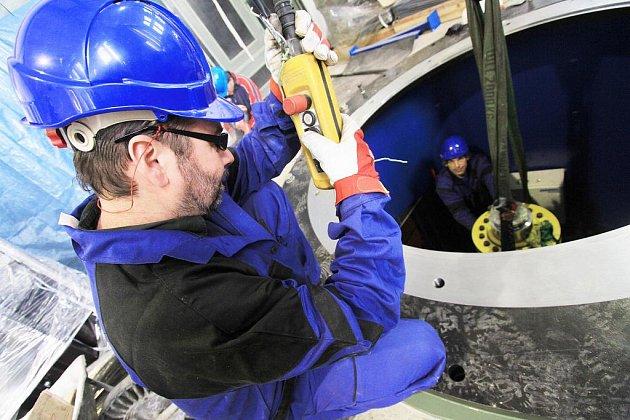 Na 75 milionů korun přijde modernizace vodní elektrárny na českobudějovickém Sokolském ostrově. Na snímku je Josef Batěk ze společnosti Aqua Styl při dokončování montáže turbíny.