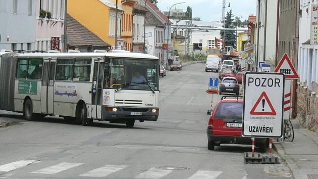 Rekonstrukce železničního přejezdu v Novohradské ulici odklání dopravu ulicemi Mladého.