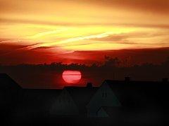 Prudké změny v počasí a silné bouřky se 5. července postaraly o působivý západ slunce za železničním přejezdem v Hrdějovicích u Českých Budějovic.