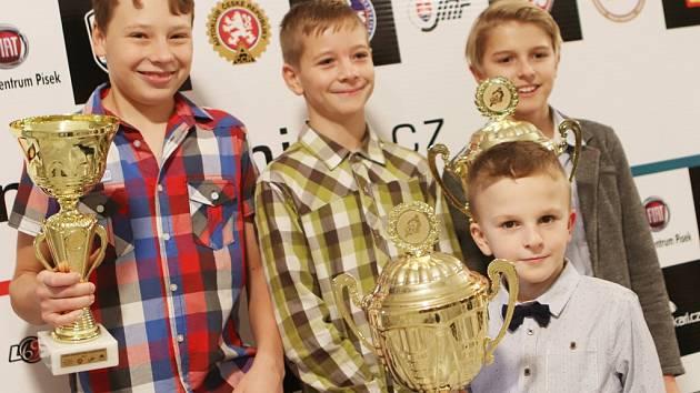 Úspěšní mladí závodníci: zleva Miloslav Hřava, Jonáš Kocourek, Petr Trse a před nimi Adam Vyskočil.