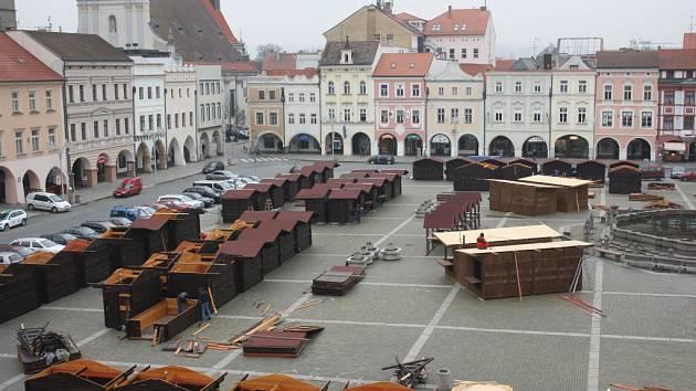 Na budějovickém náměstí staví dělníci stánky pro tradiční adventní trhy.