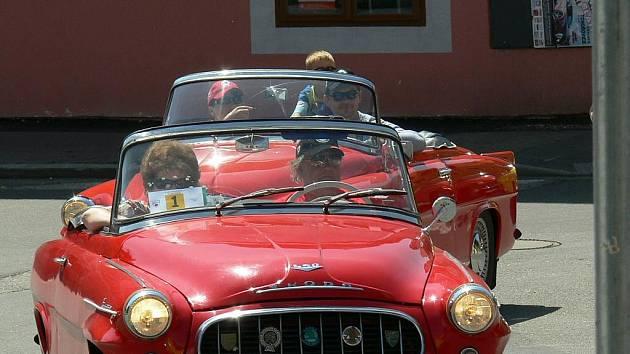 sobotu si dali dostaveníčko v autokempu Křivonoska u Hluboké nad Vltavou majitelé legendárních československých kabrioletů Škoda Felicia a Škoda 450.