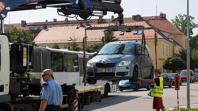 První komplikace způsobila ve středu na objízdné trase v Resslově ulici městská policie. Auta zaparkovaná na zákazu zastavení začali strážníci spolu s odtahovou službou odstraňovat až těsně po desáté hodině, kdy byla Husova třída už uzavřená.