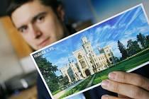 Aleš Motejl ukazuje svůj snímek zámku Hluboká, který loni získal druhé místo v soutěži o nejkrásnější pohlednici České republiky.