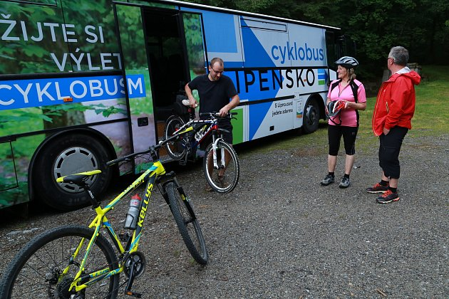 Turisty i místní svezou v létě na pravém břehu Lipna dotované cyklobusy.