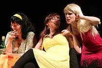 Budějovický divadelní soubor J. K. Tyla uvedl premiéru komedie Vše o ženách na své nové scéně v Husově ulici. Na snímku Kateřina Šimerová, Hana Mašková a Milada Štěchová.