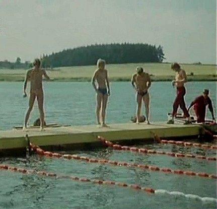 Táborový závod se odehrál na rybníce Hubenov uKocelovic. Molo a plavecké  dráhy nechala postavit produkce.