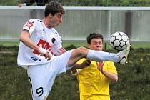 Ani prvoligoví pendlové  (na snímku Michal Mašát ukopává Řezáčovi) nepomohli: Dynamo B – K. Vary v ČFL 0:3.