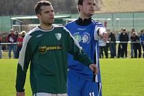 Karel Zvěřina (na snímku vlevo v jarním derby s Třeboní) od léta nehraje, ale nechce se věřit, že by s fotbalem skončil jednou provždy...