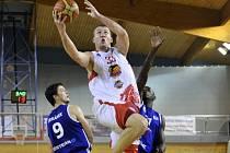 Jan Tomanec (ve výskoku) zaznamenal v zápase s Kolínem šestadvacet bodů. Stabilně patří mezi nejvíce bodující hráče Lvů