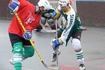 Útočník Lukáš Novák (vlevo) bojuje v duelu s Blatnou o míček s Petrem Bulkou. Pedagog přes porážku 2:4 nadále okupuje poslední postupovou příčku do play off.