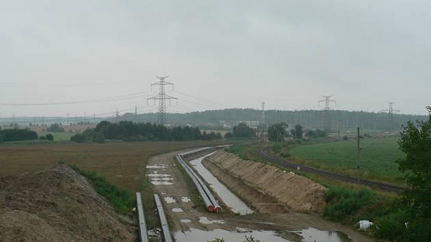 Spíše plavební kanál než výkop pro uložení potrubí představuje místy stavba horkovodu z Temelína do Českých Budějovic. Na snímku situace nedaleko Bavorovic.