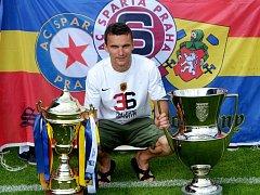 David Lafata v roce 2014, kdy fotbalisté Sparty vedle titulu mistra ligy vyhráli i Český pohár, byl obě trofeje představit doma v Olešníku.