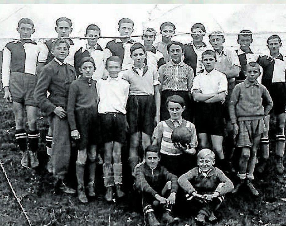 Fotbal. Snímek z 30. let zachycující Hlubocké před fotbalem.