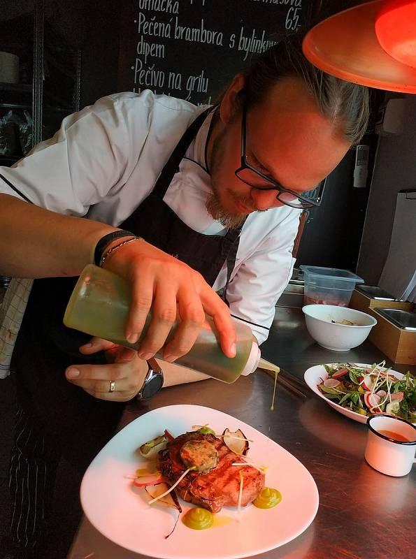 Když Jiří Lhota vaří v soukromí, jde nezapomenutelný zážitek. Nejraději kuchtí asijskou a moderní českou kuchyni. Při přípravě rád komunikuje s hosty a zapojuje je do procesu.