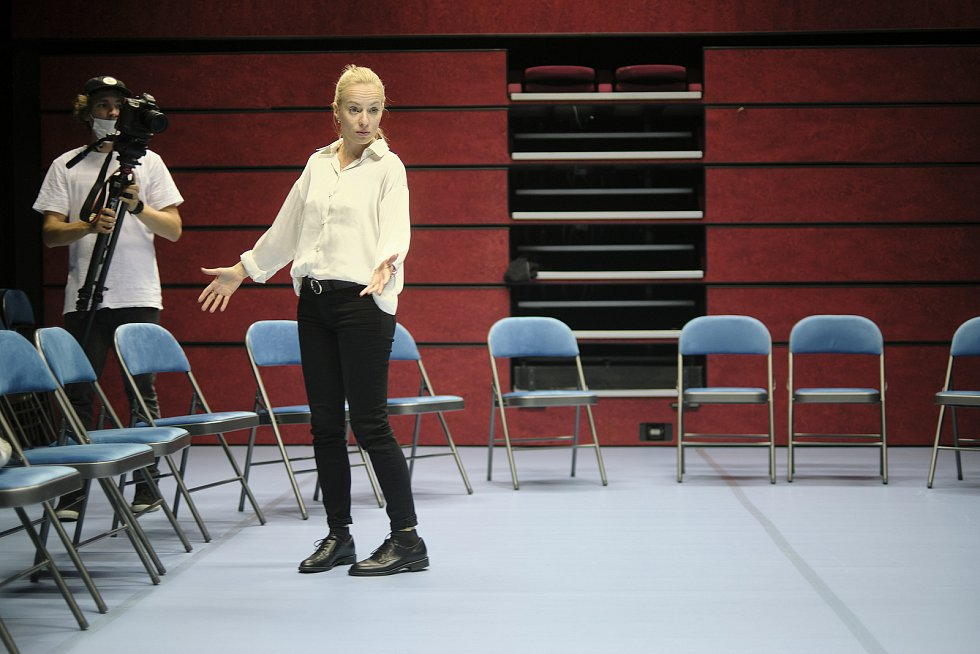 Monodrama Holky a kluci. Na snímku herečka Teresa Branna.