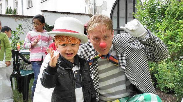 Klaun potěšil všechny děti.