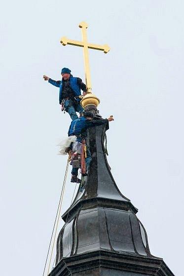 Nový kříž na věži už stojí.