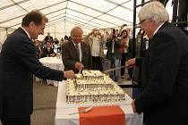 Narozeninový dort při oslavách 20. výročí společnosti nechyběl. Na snímku vlevo generální manažer holdingu Karl Lenglacher.
