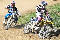 Martin Finěk z Blatné (vlevo) stíhá na trati v Horažďovicích vítěze třídy do 125 ccm Tomáše Paula.