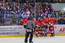 Hokejisté ČEZ Motoru slaví výhru na Kladně.