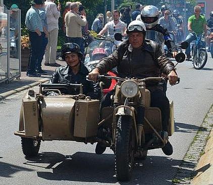 Přijely istaré motorky.