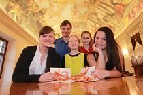Barbora Kubíková, Jakub Vostoupal, Anna Buriová, Tereza Kahudová a Eva Pardamcová (zleva) dostali v radniční síni v Českých Budějovicích ocenění za hudební úspěchy a reprezentaci města i kraje v roce 2013.