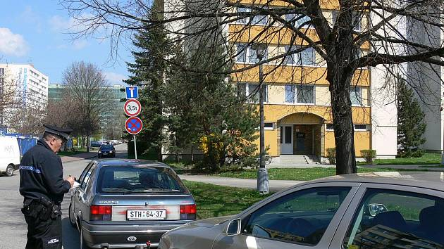 Městští policisté se nyní zaměřili na špatně parkující řidiče. Mohou jim udělit dokonce až dvoutisícovou pokutu. Snímek pochází ze Staroměstské ulice, kde chybovalo pět šoférů.