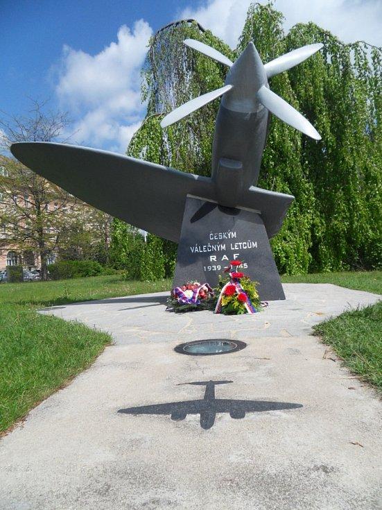 Na Senovážném náměstí se například před budovou pošty nachází pomník českých letců R. A. F.